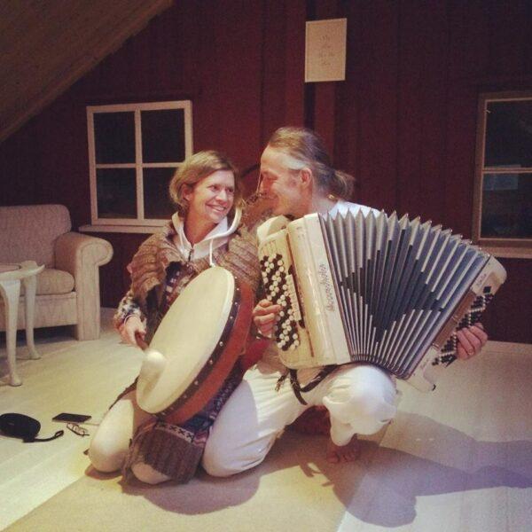 Helena och Örjan spelar trumma och dragspel